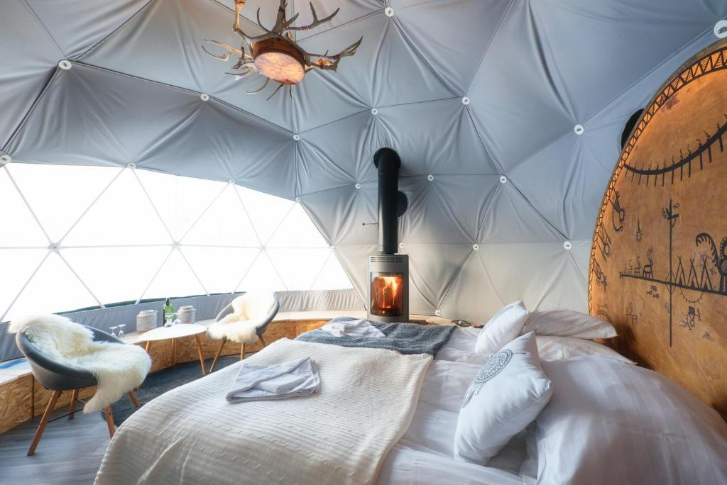 A bed or beds in a room at Jeris Aurora Dome