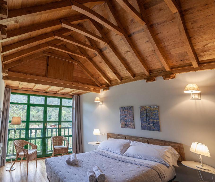 A bed or beds in a room at La Figal de Xugabolos, Salas