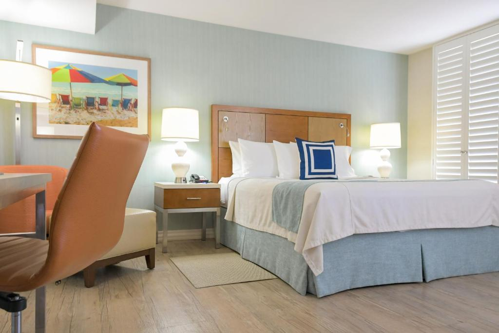 A bed or beds in a room at Gateway Hotel Santa Monica
