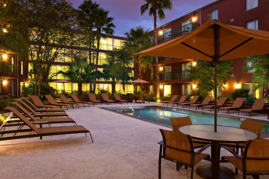 The swimming pool at or near Courtyard by Marriott New Orleans Downtown/Convention Center