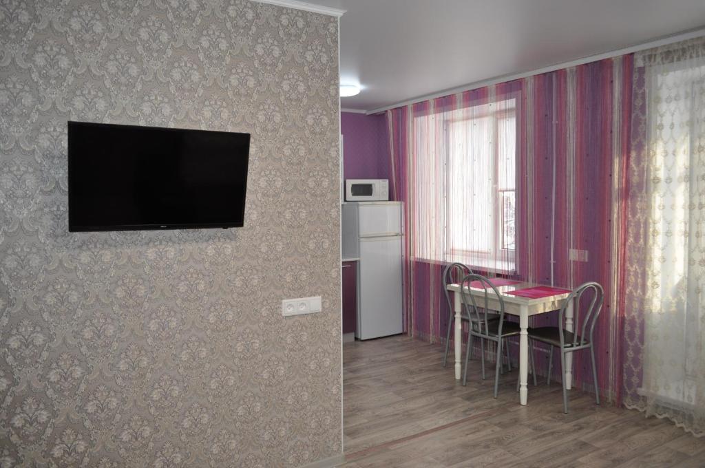 Телевизор и/или развлекательный центр в 1-к квартира на Поспелова, 15