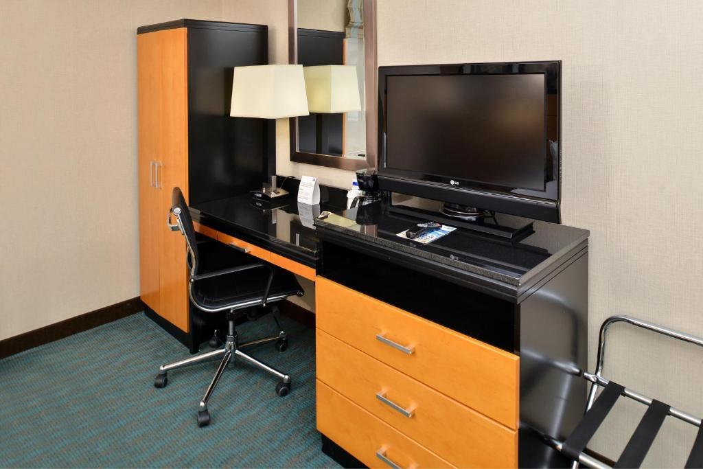 A television and/or entertainment centre at Holiday Inn Express Kennedy Airport, an IHG Hotel