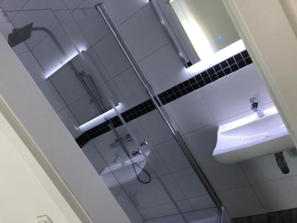 A bathroom at Godorfer Burg Monteuer Zimmer