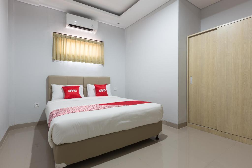 A bed or beds in a room at OYO 1949 Vrindavan Residence