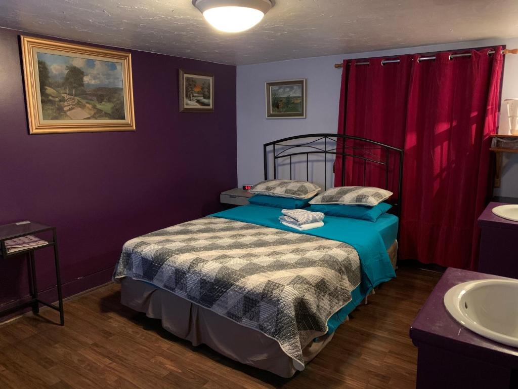 A bed or beds in a room at Nisku Guest House