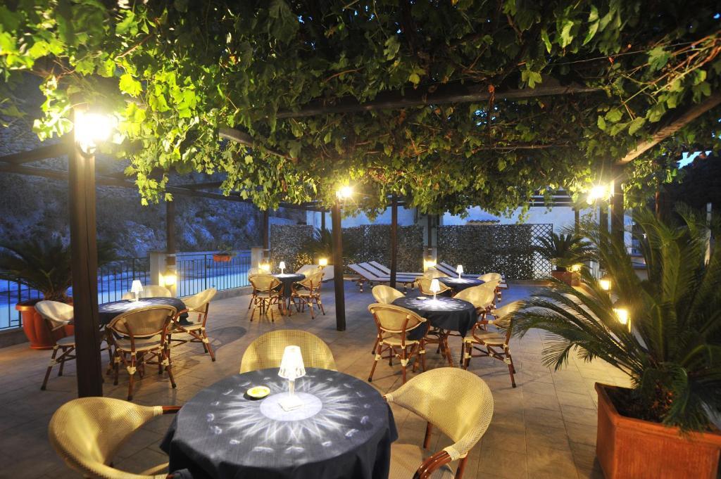 Um restaurante ou outro lugar para comer em Villa Adriana Amalfi