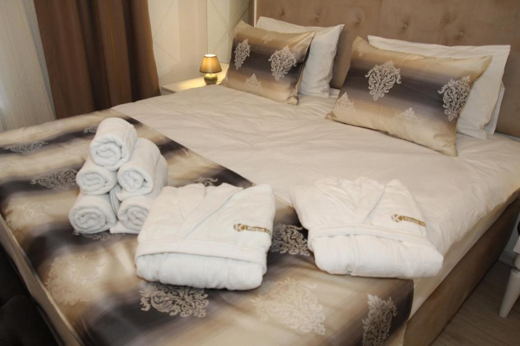 A bed or beds in a room at Kispet Deluxe Hotel