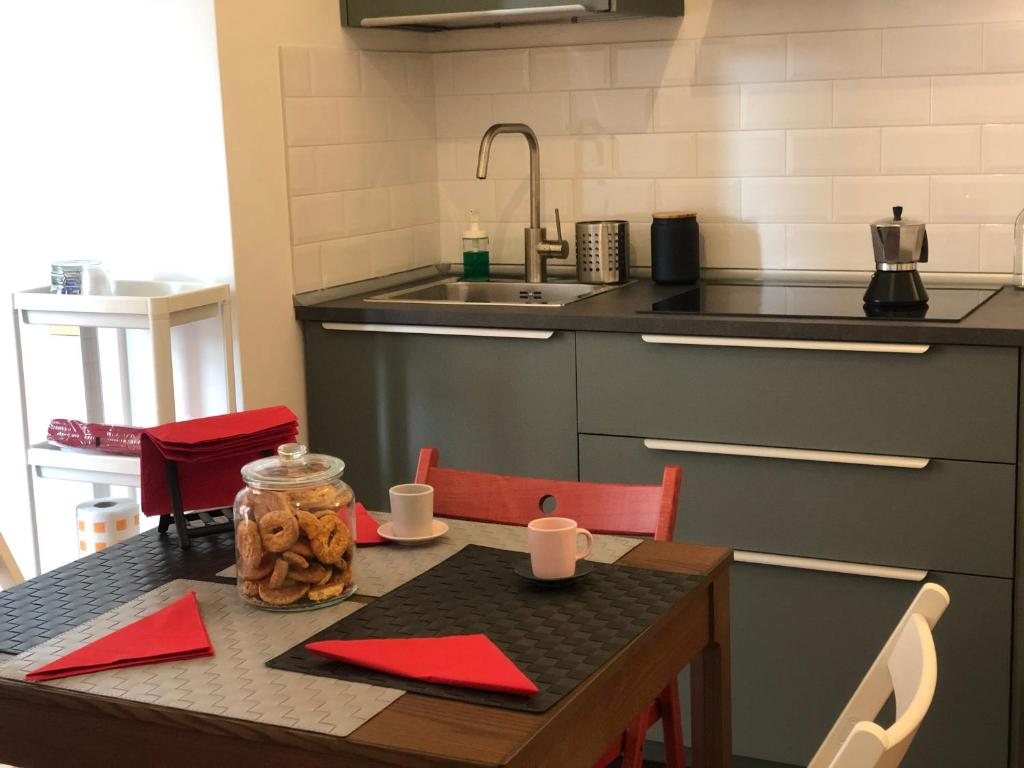 A kitchen or kitchenette at 13 App