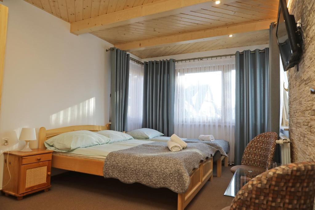 Łóżko lub łóżka w pokoju w obiekcie Małgosia Regionalna