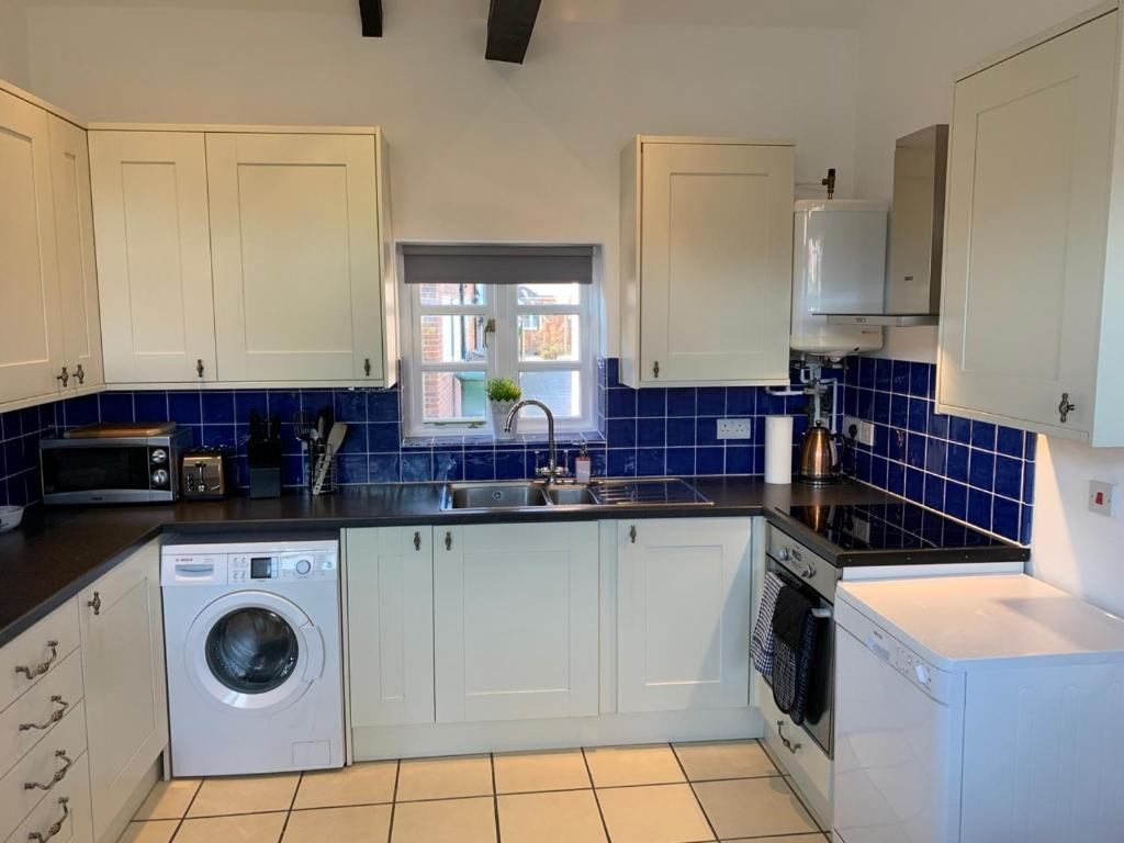 A kitchen or kitchenette at Ashbrook Lewis - two bedroom, two bathroom cottage nr Harwell Oxford