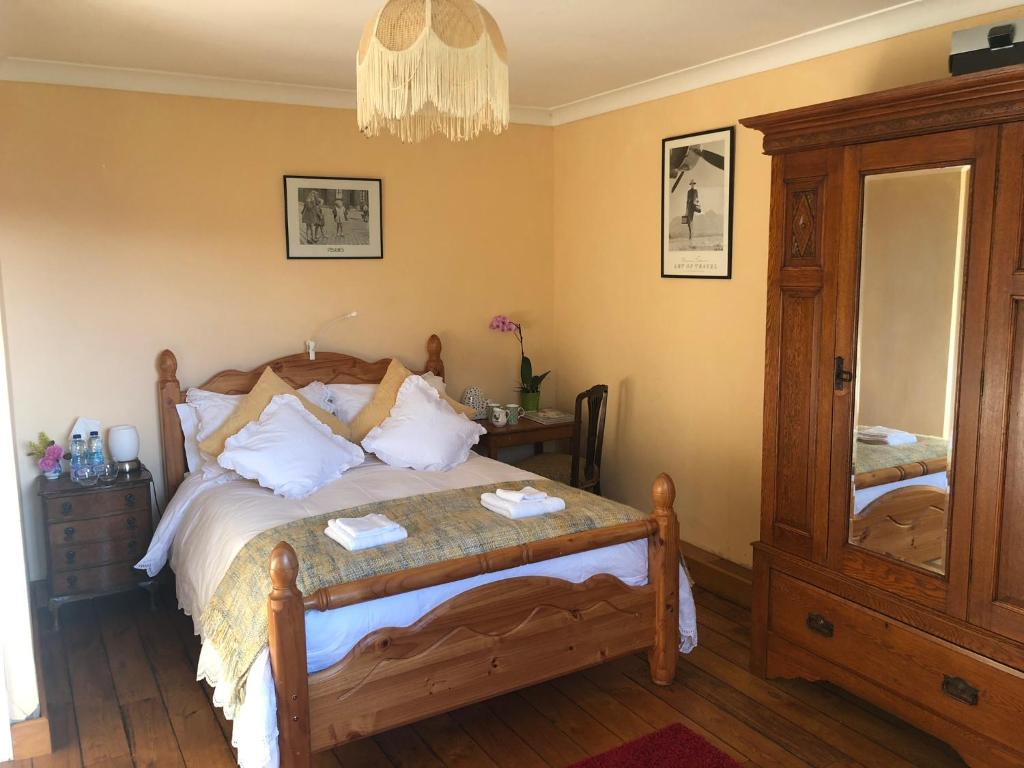 A bed or beds in a room at Cilffriw Farm