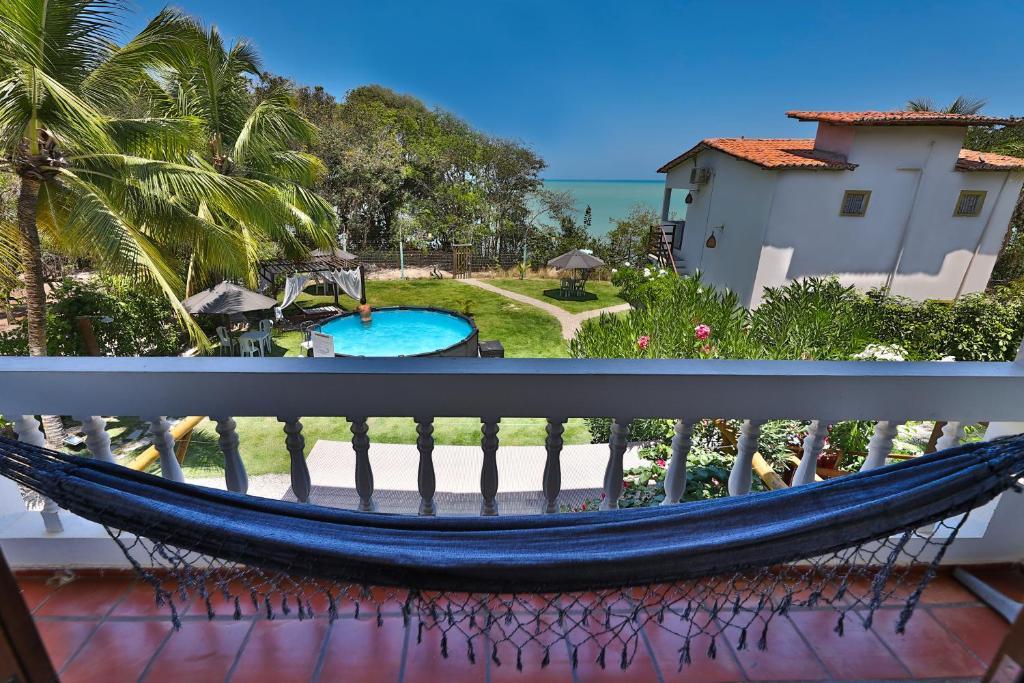 Uitzicht op het zwembad bij Pousada Enseada Dos Golfinhos of in de buurt