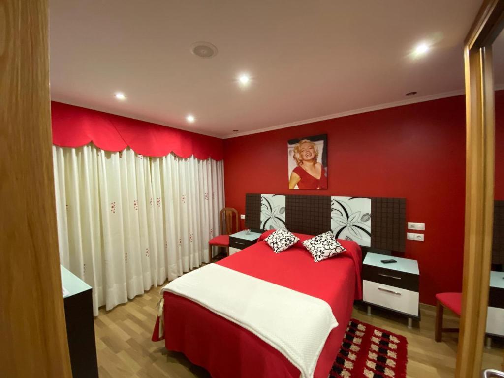 A bed or beds in a room at Pensión Pedra d'abalar