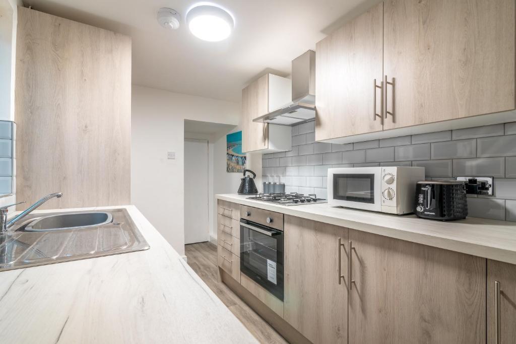 A kitchen or kitchenette at PLATFORM Avenues Apartment 1