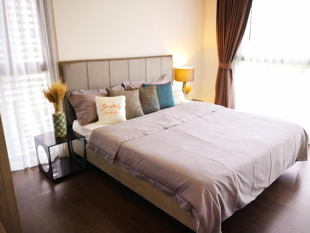 A bed or beds in a room at circle rein