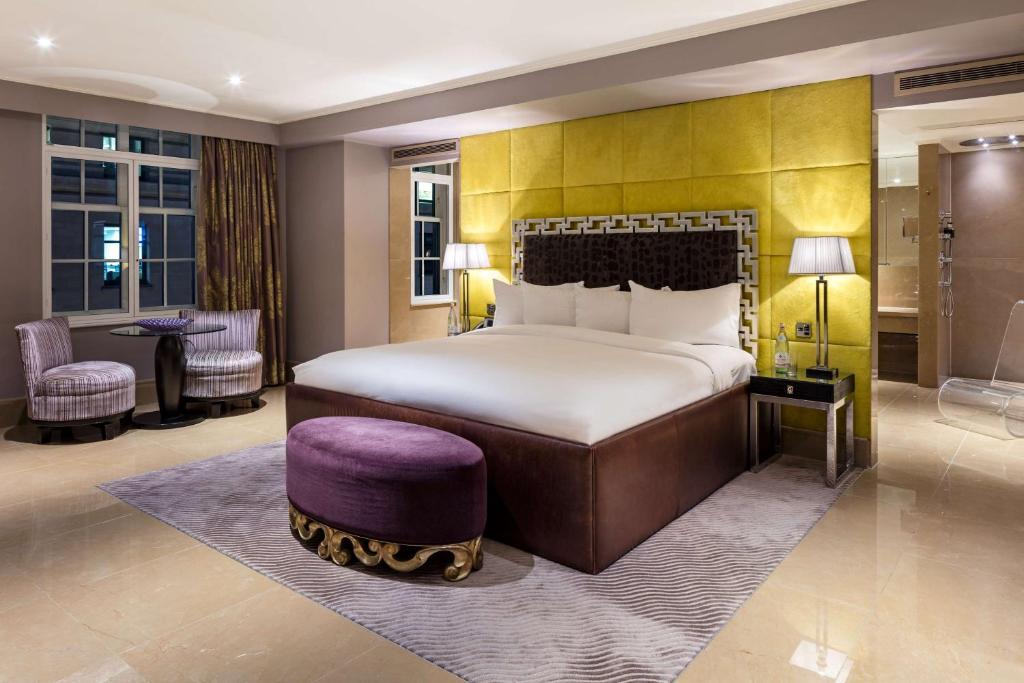 Säng eller sängar i ett rum på The May Fair, A Radisson Collection Hotel, Mayfair London