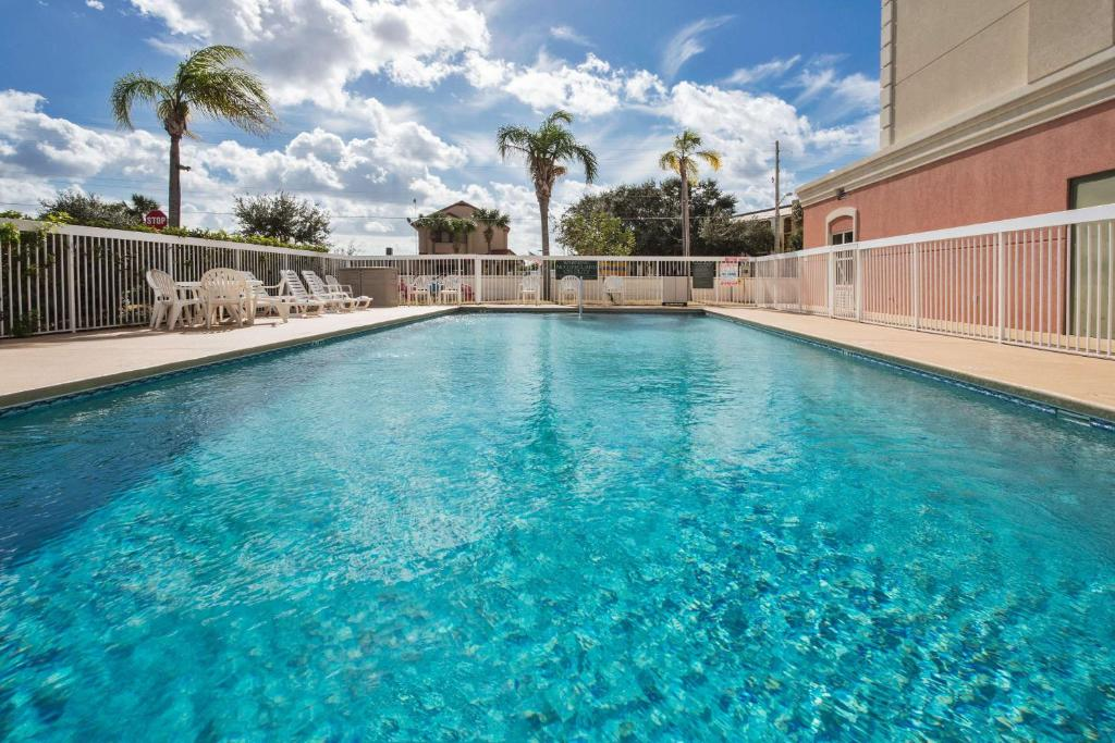 The swimming pool at or close to Country Inn & Suites by Radisson Near Universal