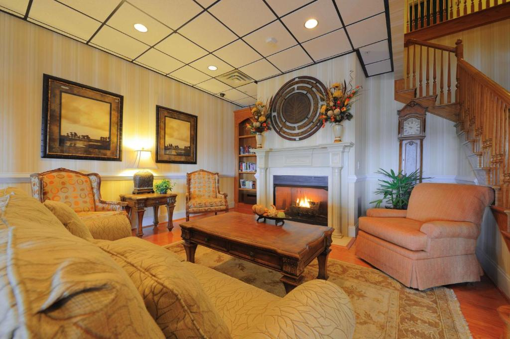 A seating area at Country Inn & Suites by Radisson, Orangeburg, SC