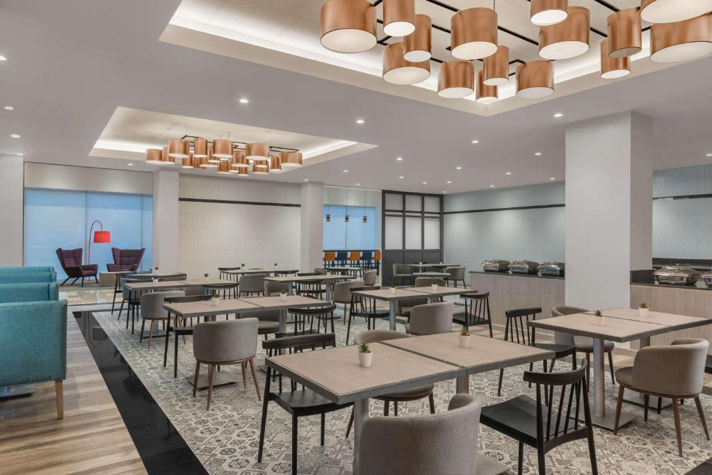 A restaurant or other place to eat at Park Inn By Radisson Iloilo