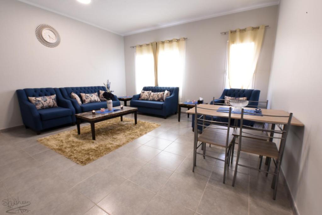 Uma área de estar em Bright Apartment 2BR-Al-shurooq district