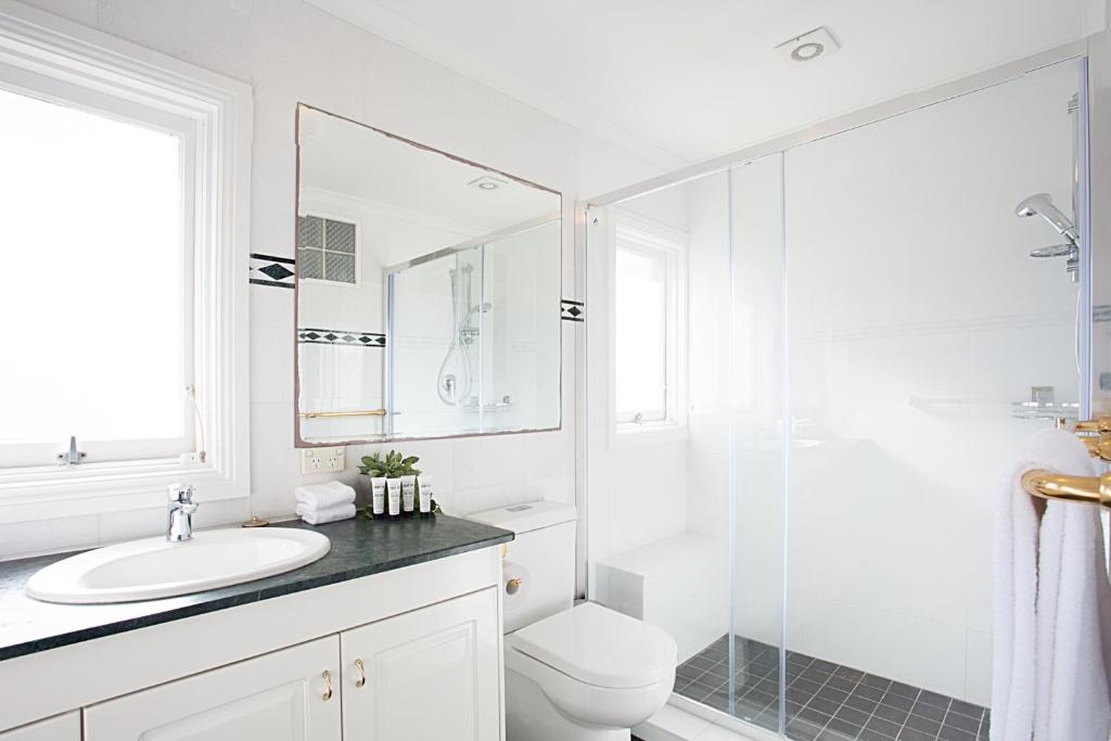 A bathroom at View Of Manly Pines And Waves From Large Apartment