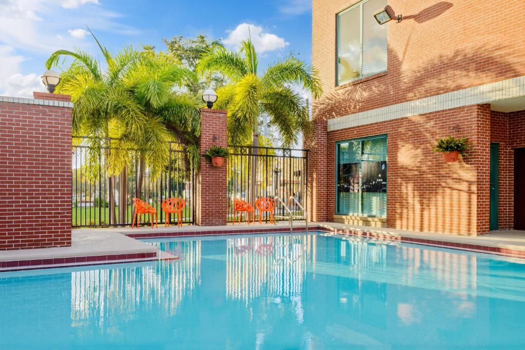 The swimming pool at or near Hampton Inn & Suites Tampa Ybor City Downtown