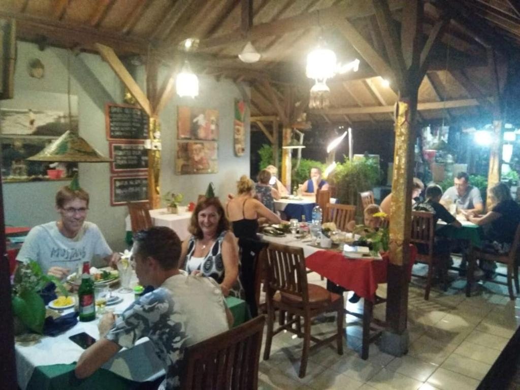 A restaurant or other place to eat at Barclona Guesthouses Lovina