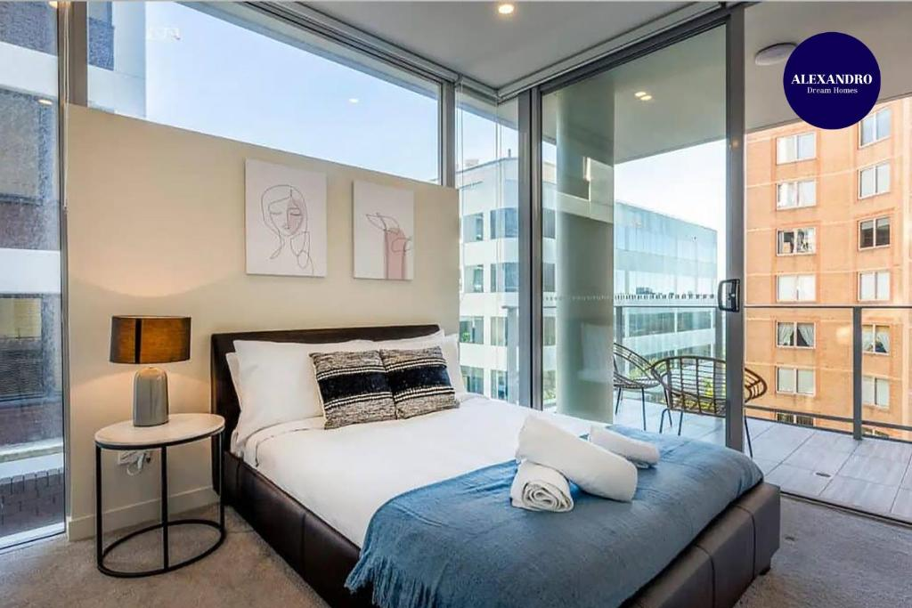 A bed or beds in a room at 2 BED // BONDI JUNCTION // HARBOUR VIEW ROOFTOP