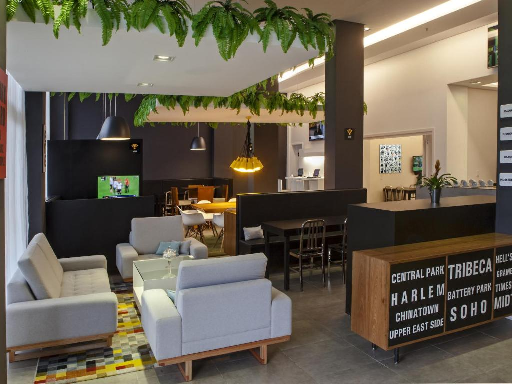 The lounge or bar area at ibis Styles Palmas