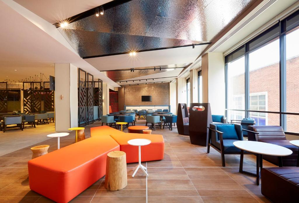 The lounge or bar area at Holiday Inn Express Adelaide City Centre, an IHG Hotel