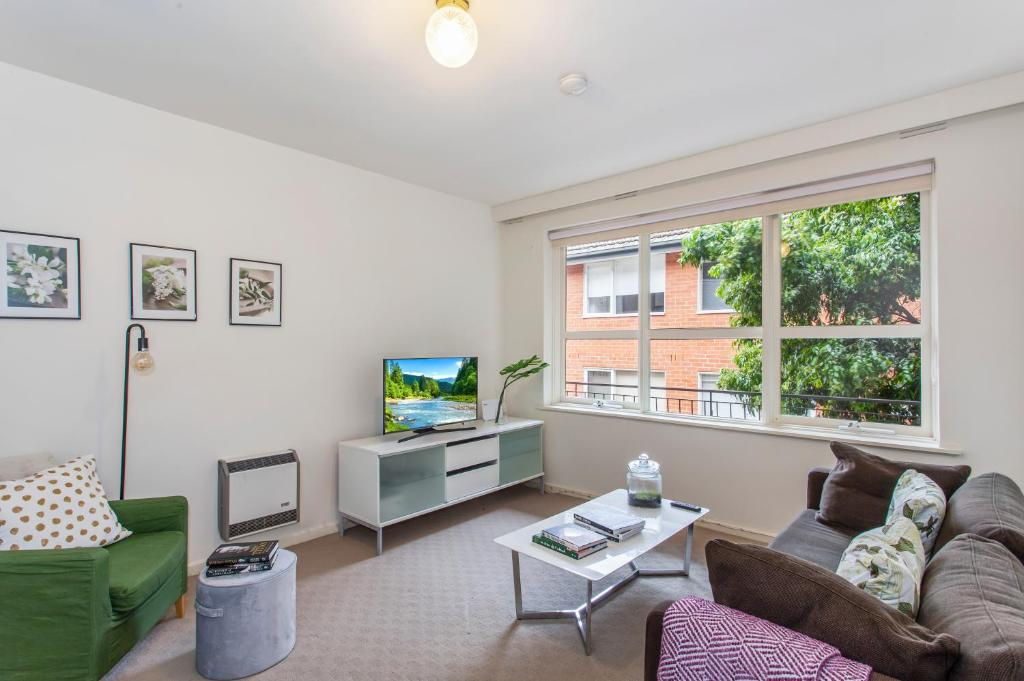 A seating area at Family-friendly apartment in green Glen Iris