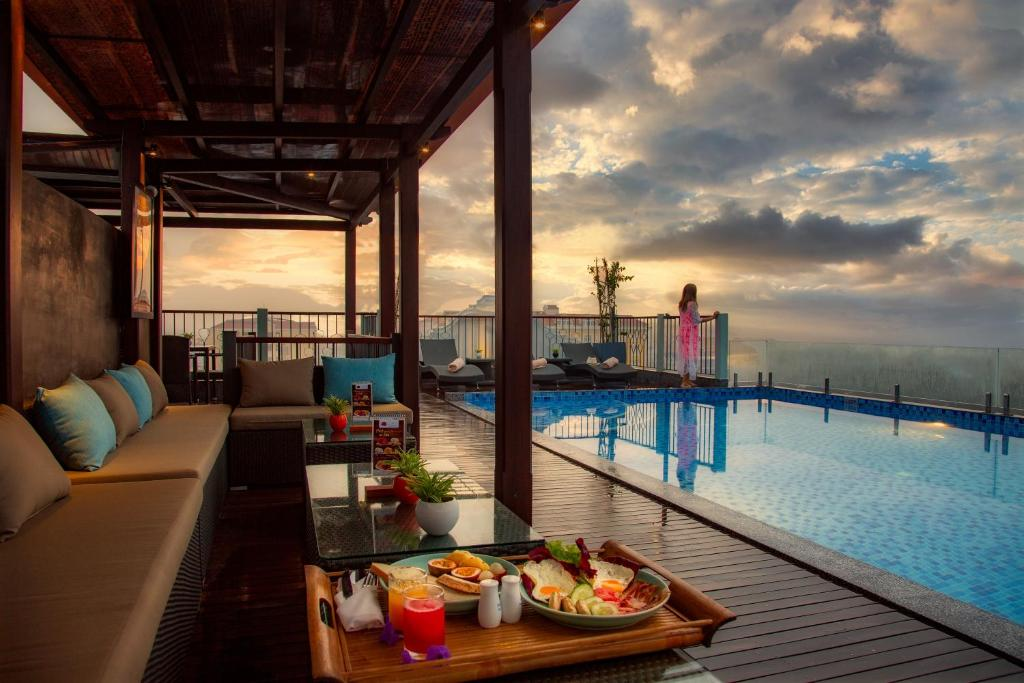 Der Swimmingpool an oder in der Nähe von Cozy Savvy Boutique Hotel Hoi An