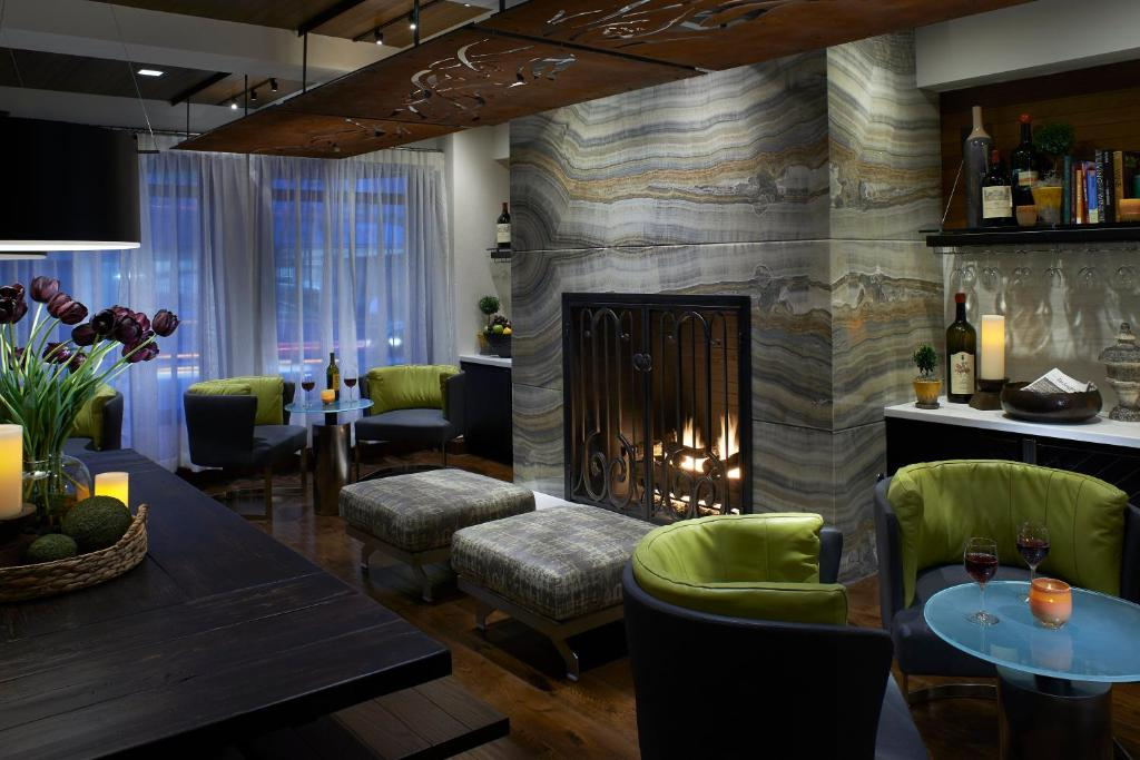 A seating area at Kimpton Hotel Vintage Seattle, an IHG Hotel