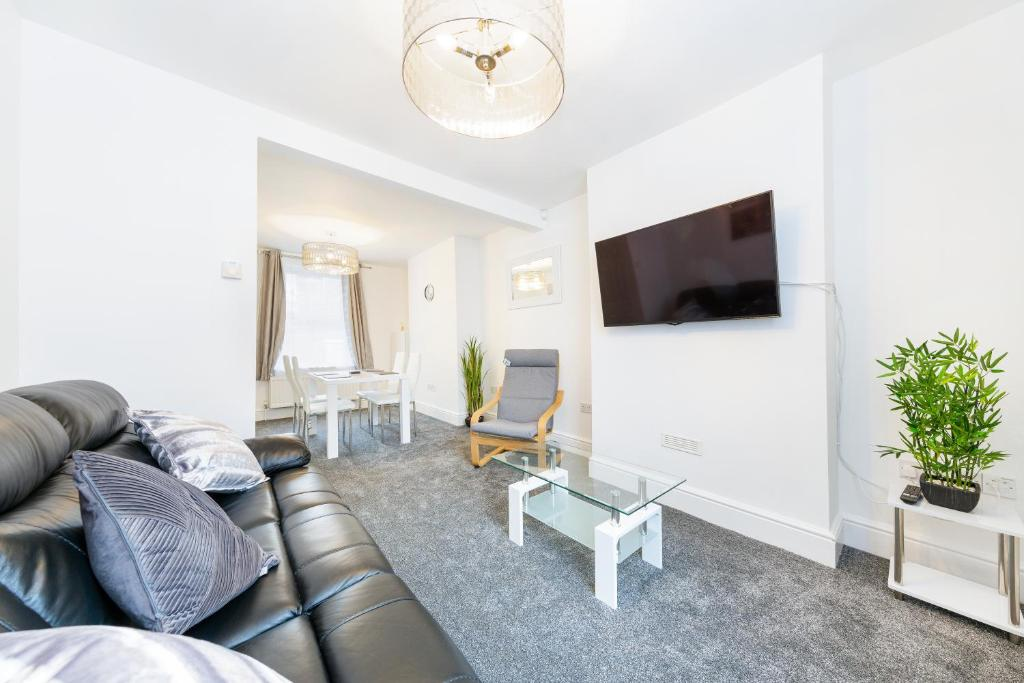 A seating area at Cozy 2 Bedroom House in the heart of Bristol for 4 people