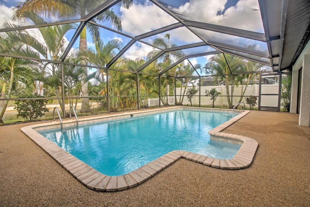 Der Swimmingpool an oder in der Nähe von Airy Cape Coral Home with Dock, Private Lanai and Pool