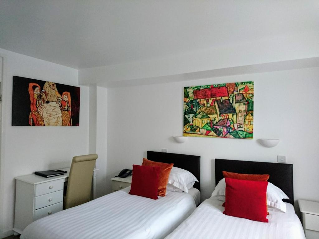 A bed or beds in a room at Sarum Apart-Hotel