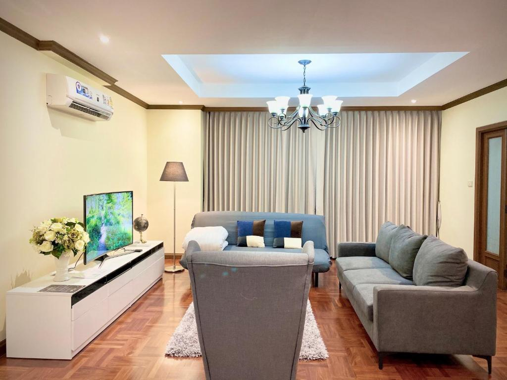 A seating area at NT Place Sukhumvit Suites