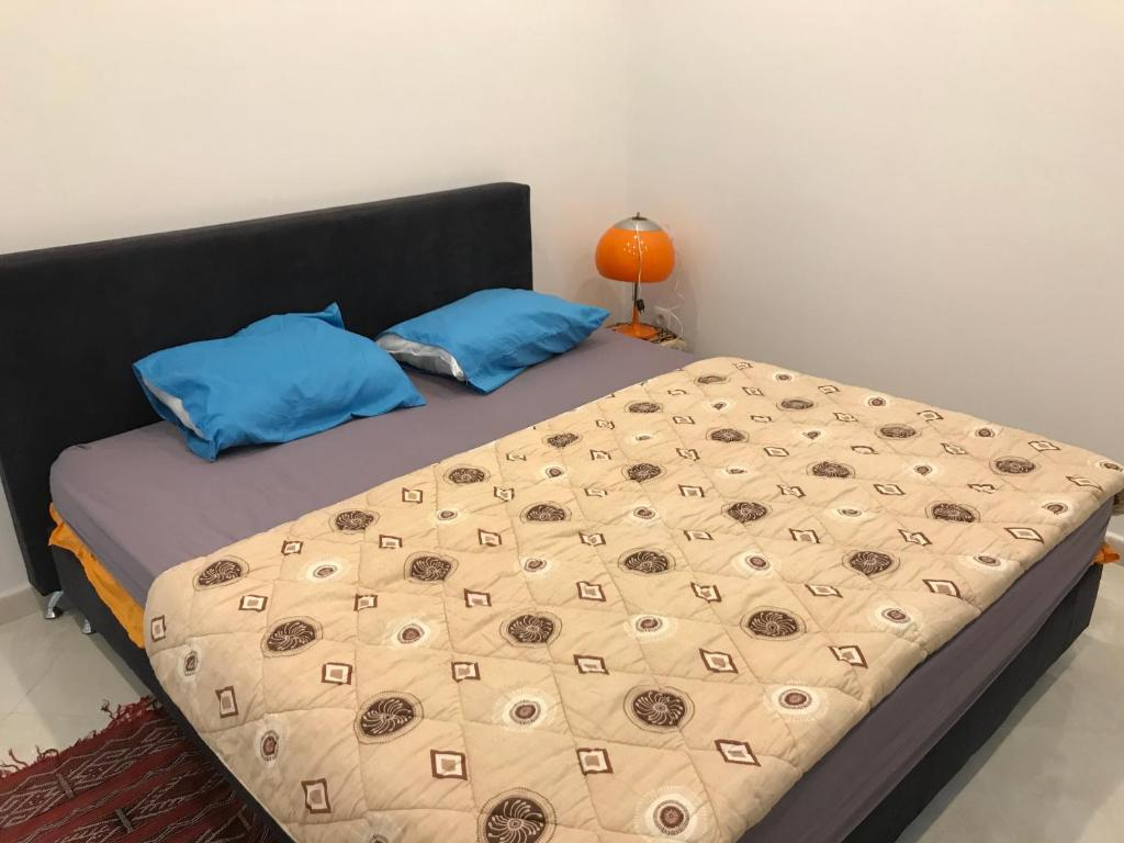 A bed or beds in a room at Delybrahim chambre