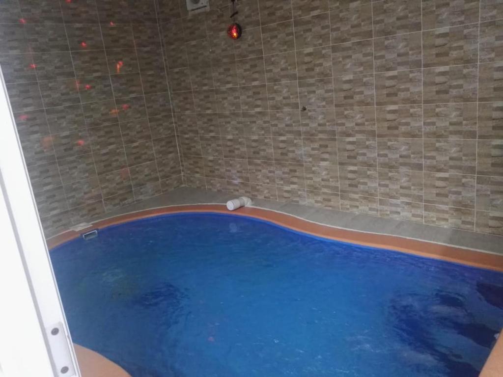 A piscina localizada em Al Raha Beach Chalets ou nos arredores