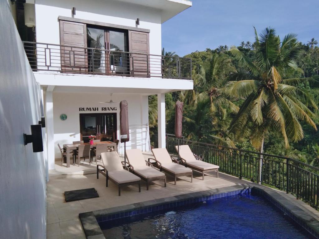 The swimming pool at or close to Rumah Riang