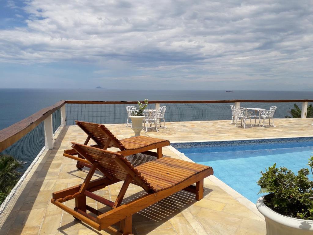 A piscina localizada em Casa das Ilhas ou nos arredores