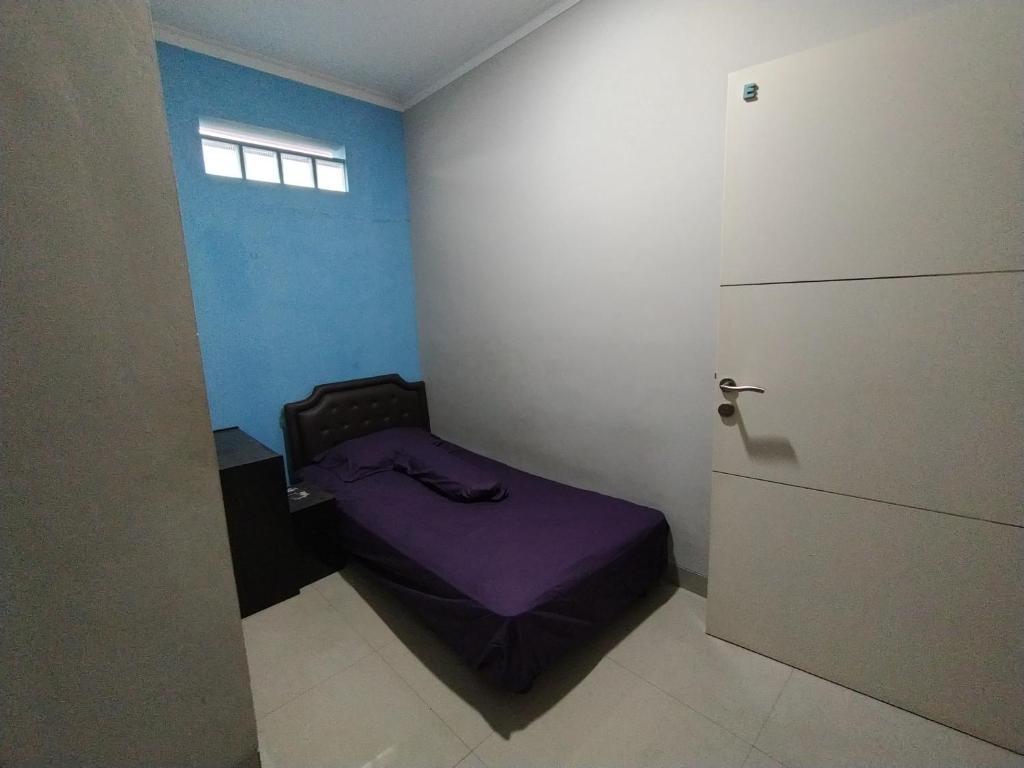 A bed or beds in a room at OYO Life 2736 Pondok Klara
