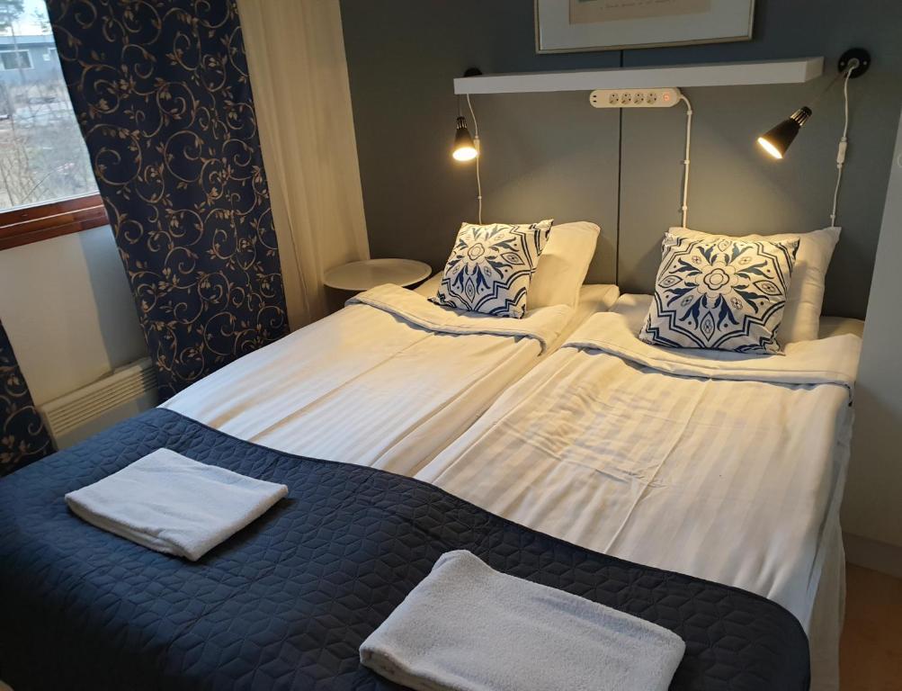 Säng eller sängar i ett rum på Eckerö Camping & Stugor