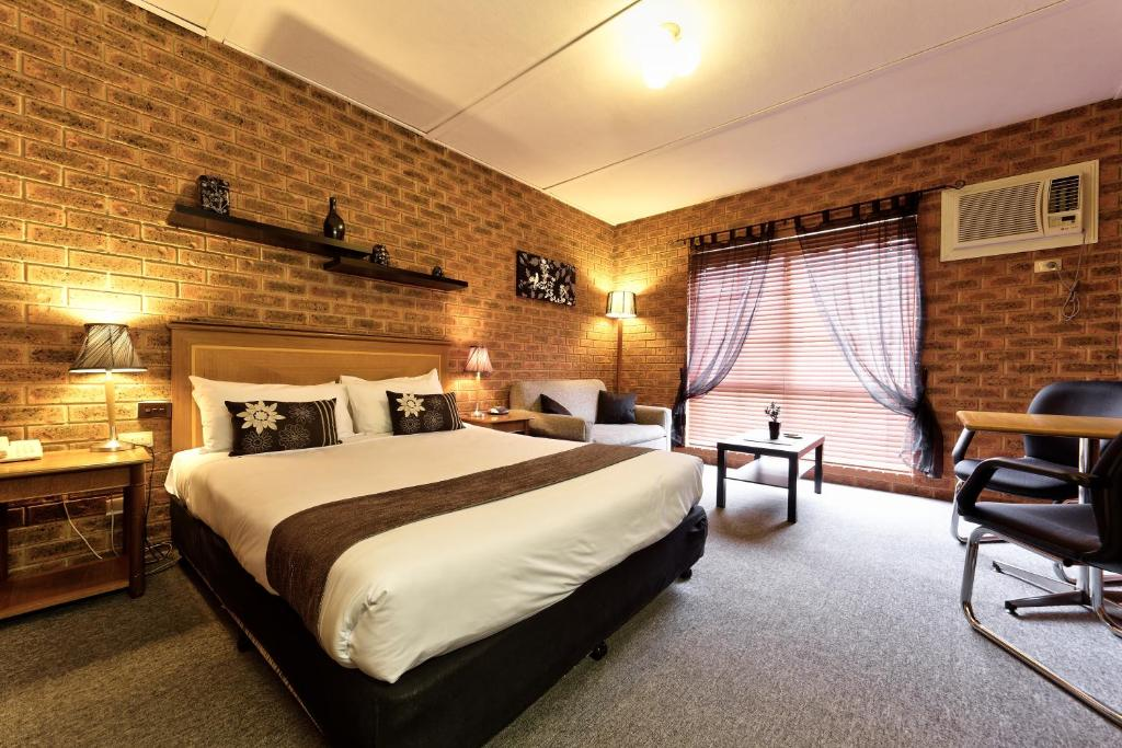 A bed or beds in a room at Central Yarrawonga Motor Inn
