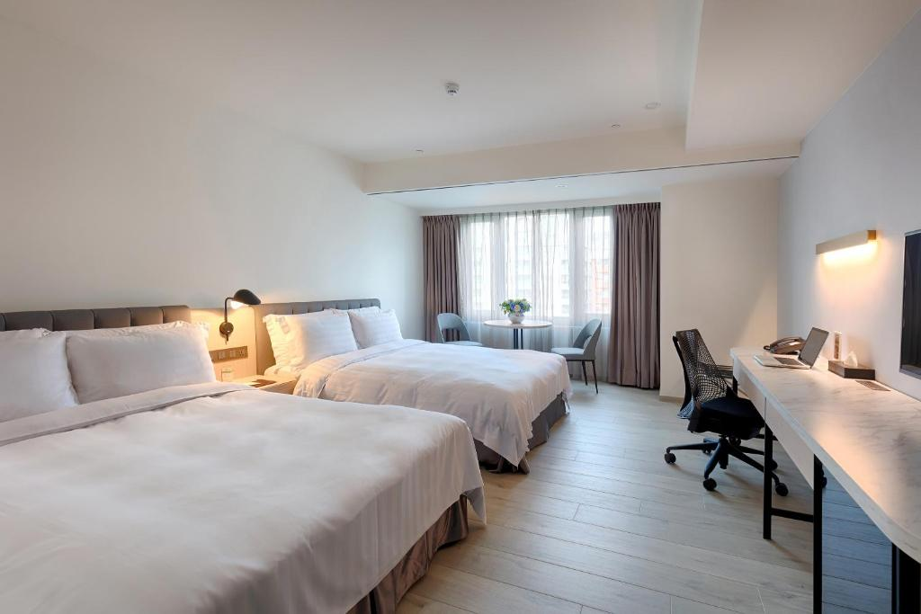 A bed or beds in a room at Howard Plaza Hotel Hsinchu