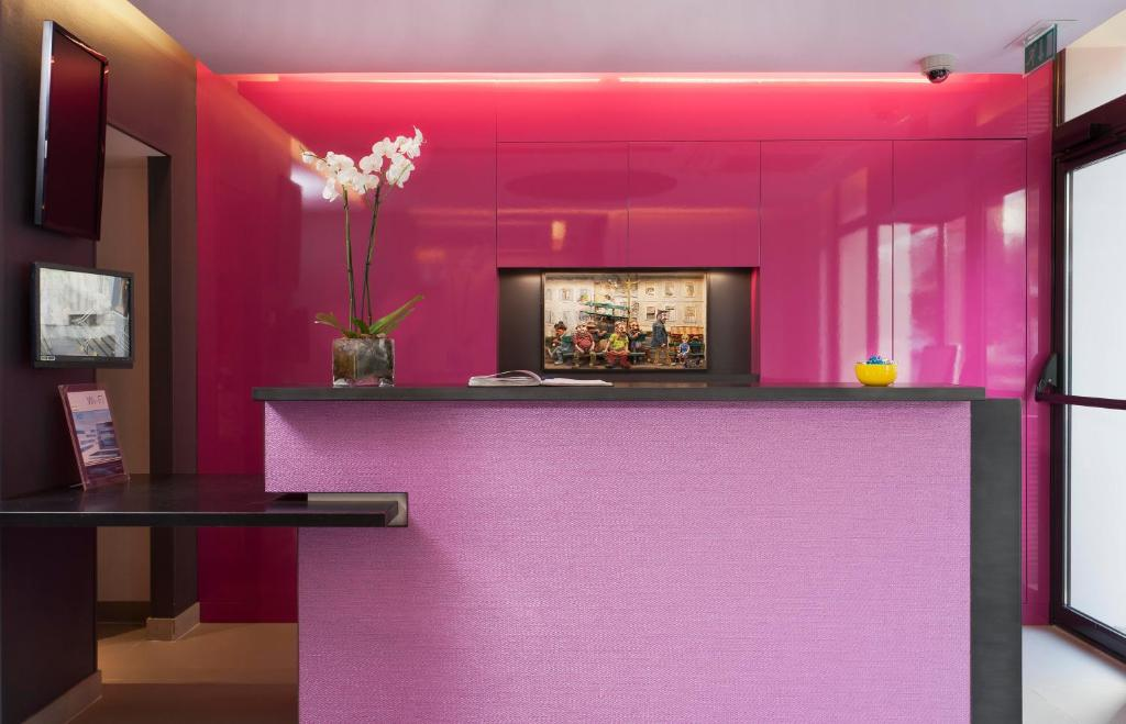 The lobby or reception area at Libertel Gare Du Nord Suede