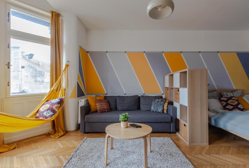 Posezení v ubytování Art Downtown Home styled by a Local Designer
