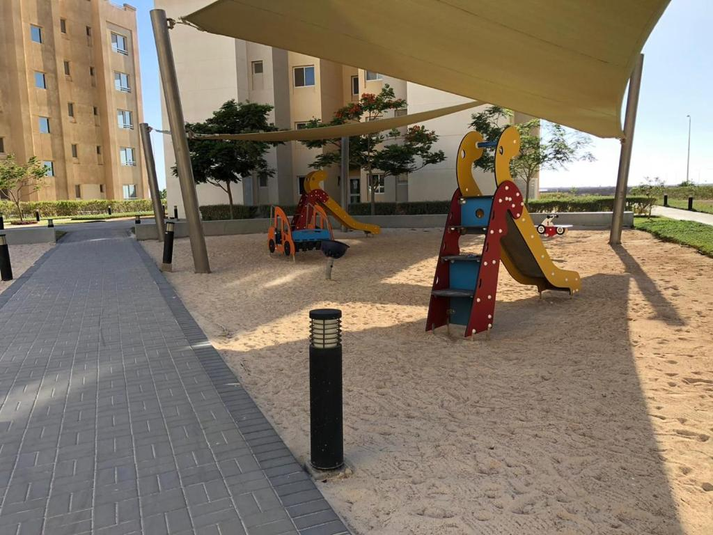 Parquinho infantil em 3 Luxury Bedrooms Apartment alshorouq