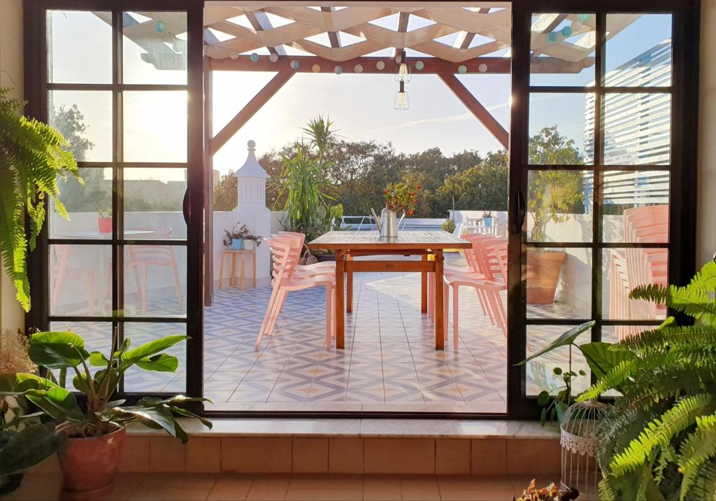 Uma vista da piscina em Sunlight House ou nas proximidades