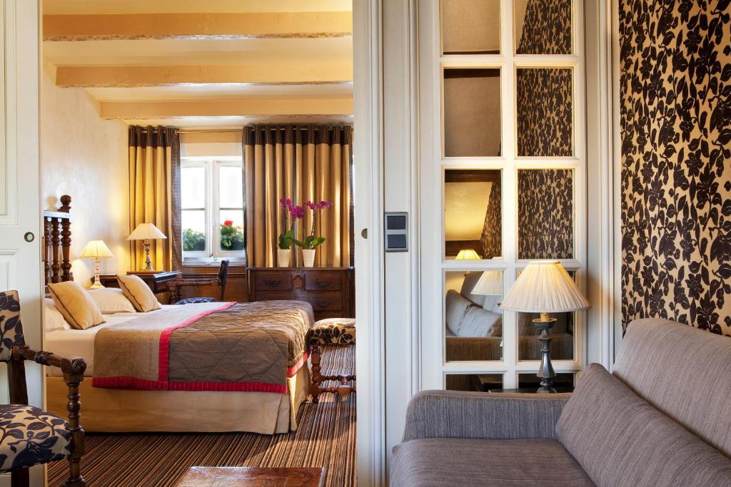 A bed or beds in a room at Hotel Left Bank Saint Germain